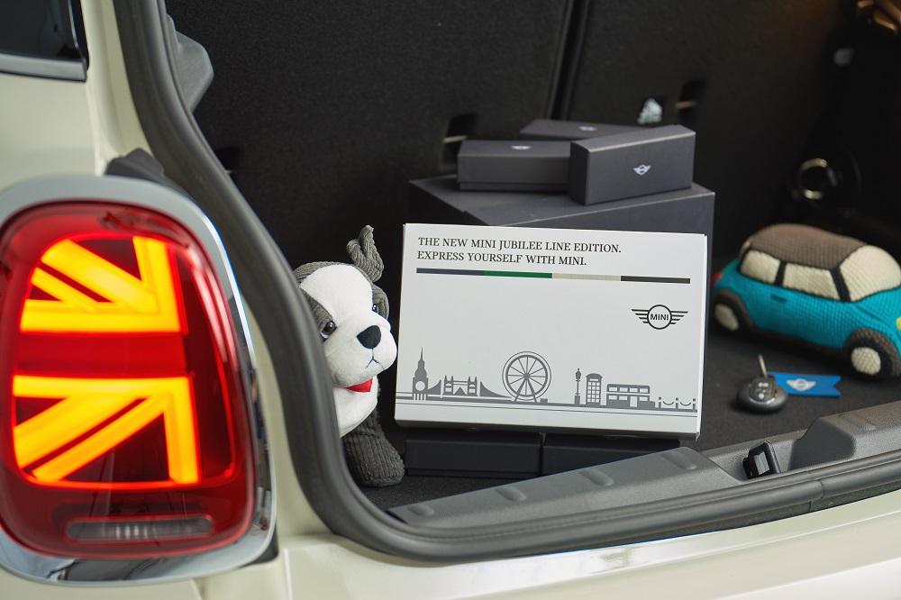 [新聞圖片九] MINI Jubilee Line Edition專屬交車禮盒(不含照片中其他拍照用之擺飾)