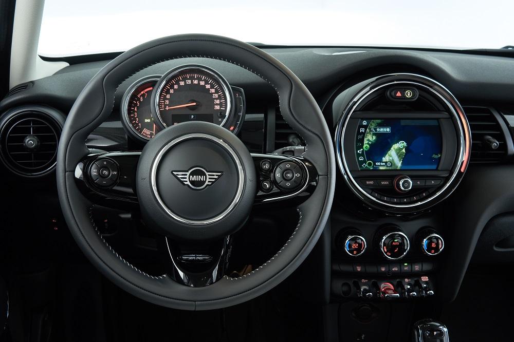 [新聞圖片八] MINI Yours跑車式真皮方向盤、6.5吋繁體中文觸控螢幕、原廠中文導航系統與無線Apple CarPlay整合系統