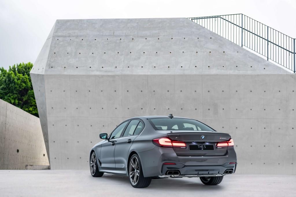 [新聞照片三]性能代表全新寶馬M550i xDrive搭載4.4升V8汽油發動機,擁有530匹最大馬力,展現無與倫比的猛爆性能魅力