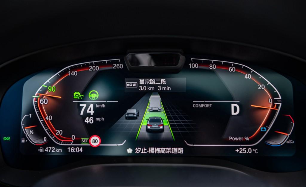 [新聞照片九]全車系標準配備BMW Personal CoPilot智慧駕駛輔助技術升級自動倒車輔助系統,道路虛擬實境顯示功能與速限輔助功能,給予車主最全面的輔助