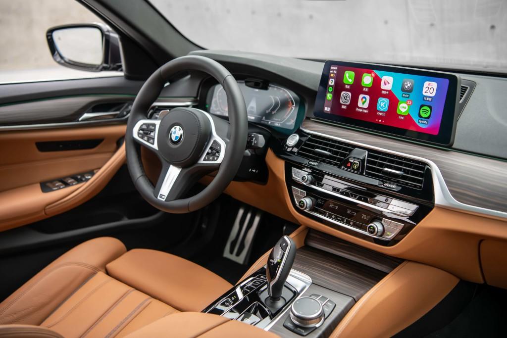 [新聞照片五]雙12.3英寸高解析度螢幕幕牆整合全數位虛擬儀表與中控觸控螢幕幕牆,同時可無線連接蘋果CarPlay或Android Auto,輕鬆連結駕駛與他所享受的各種生活與娛樂