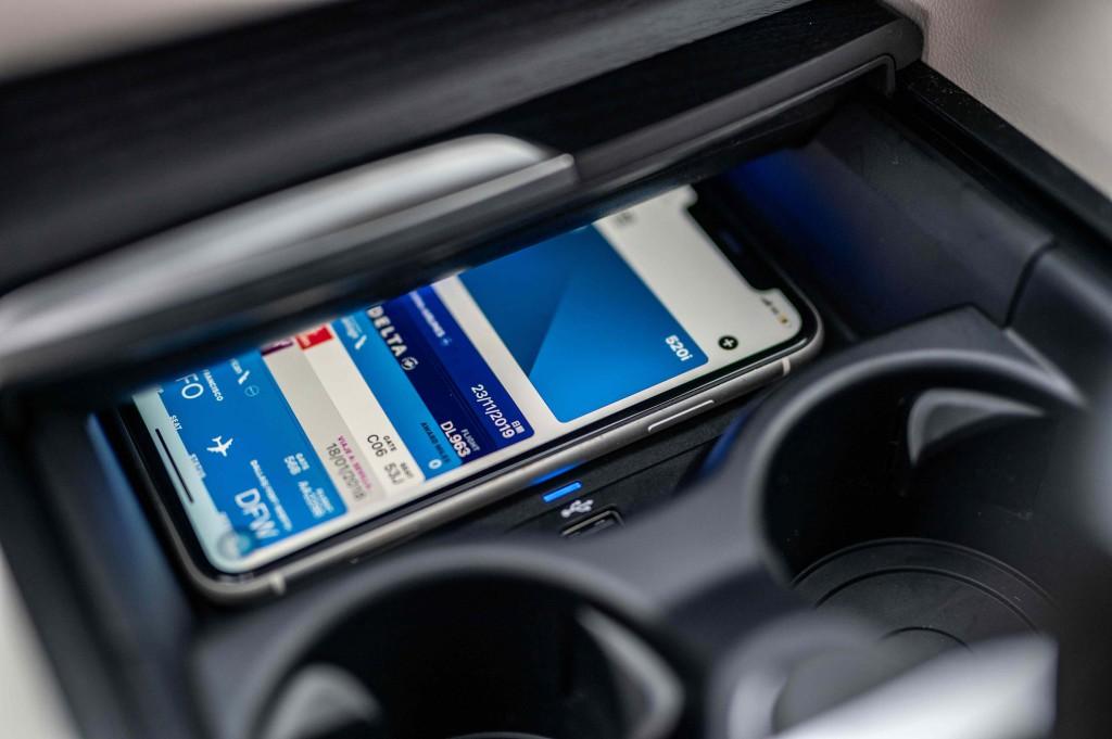 [新聞照片六]引領車壇的iPhone手機數位鑰匙功能,除開鎖,解鎖功能外,只要將手機放在無線充電座上便能直接啟動引擎,同時更可透過iMessage分享功能將鑰匙分享給家人,朋友
